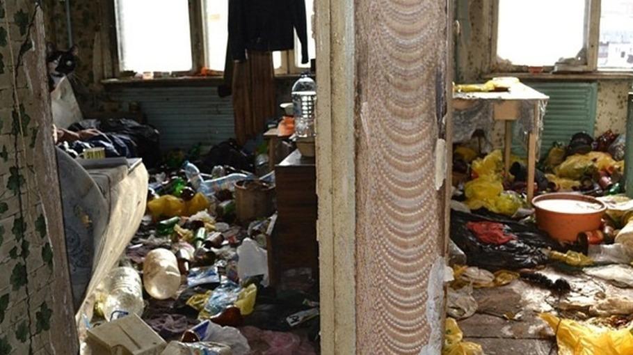 Жительница Барнаула превратила свою квартиру в гниющую свалку